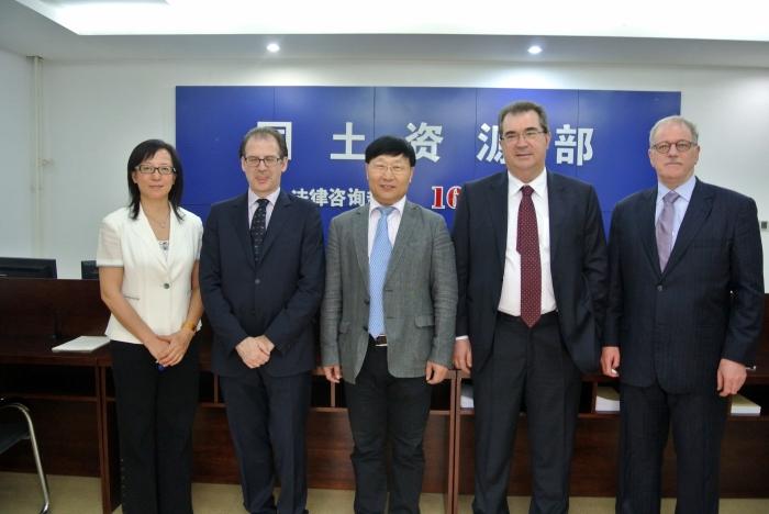 Cinder visita a China